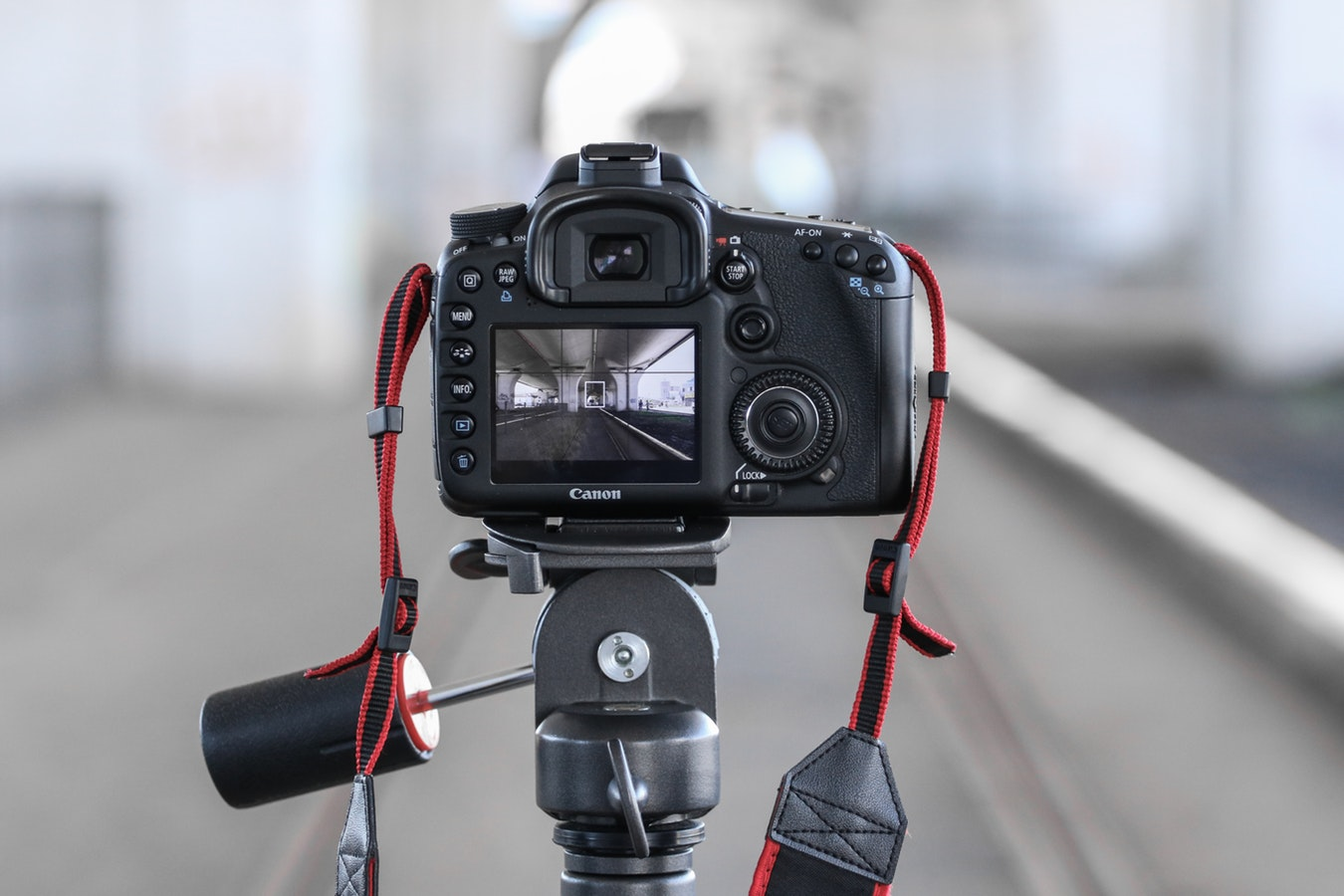 Canon DSLR on tripod with out-of-focus background - choosing the best video camera for beignners