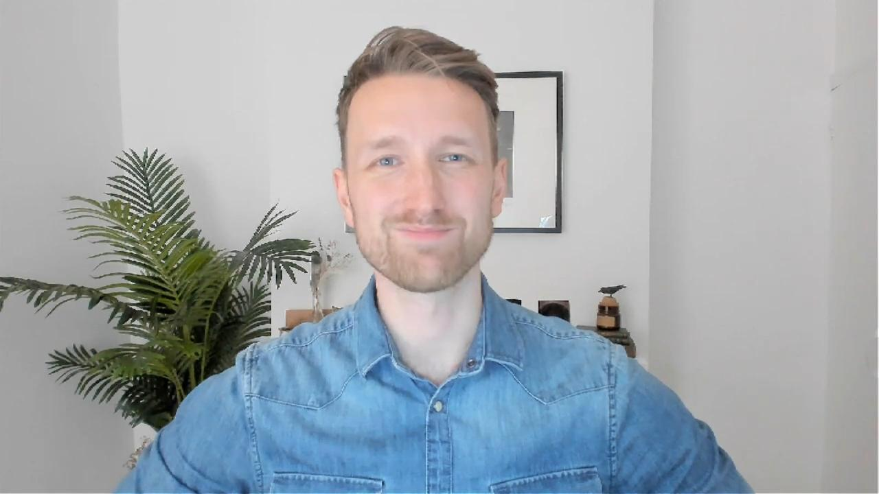 Tom in front of webcam - How to improve your webcam quality