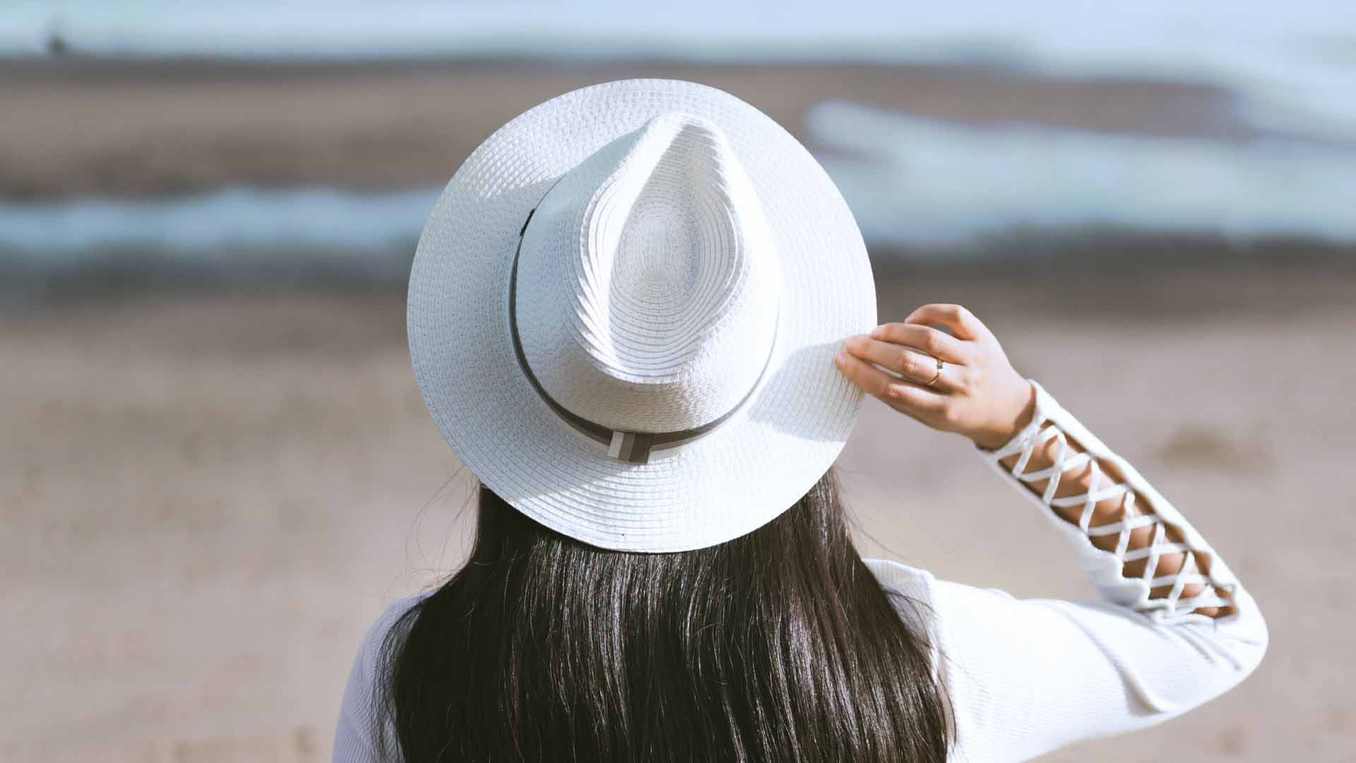 What is depth of field - how to use depth of field for subject separation - girl on beach with hat